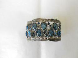 Bracelete feminino com  detalhes em pedras azuis